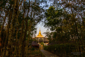 Inspirée du style birman, la pagode du centre possède une grande salle de méditation ainsi qu'une centaine de cellules individuelles.